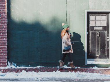 dziewczyna w butach zimowych